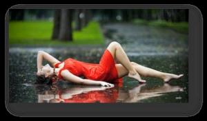 Mulher deitada na chuva