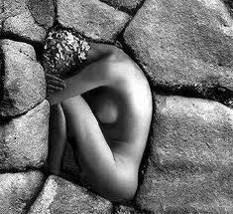Mulher entre Pedras